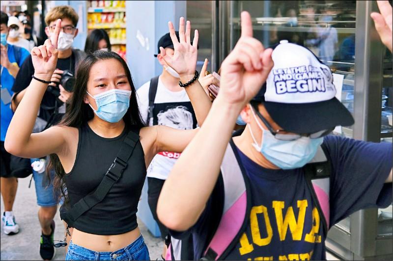"""抗港版國安法 香港人今日""""靜默遊行"""" 比出這手勢"""