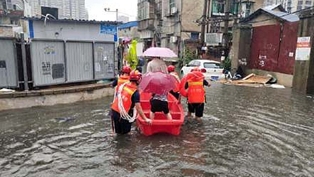 武漢變澤國 陸上行舟 鬧市救人 央視發布直播