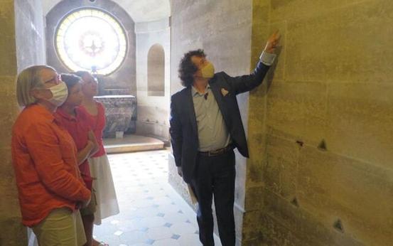 法男子發現一道牆縫 裏麵藏500具遺骸 不乏名人…