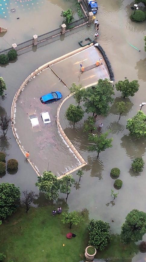 洪灾之下中国特色一幕热传:两小区互相排水…