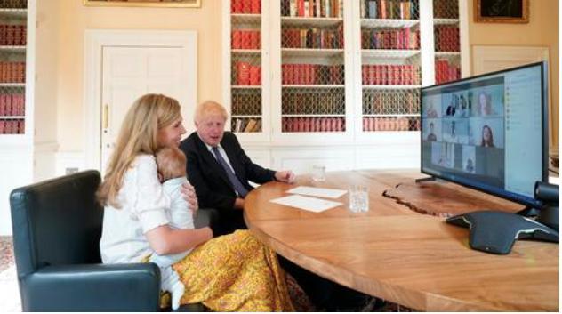 英国首相与儿子合影首次曝光 约翰逊眼神亮了