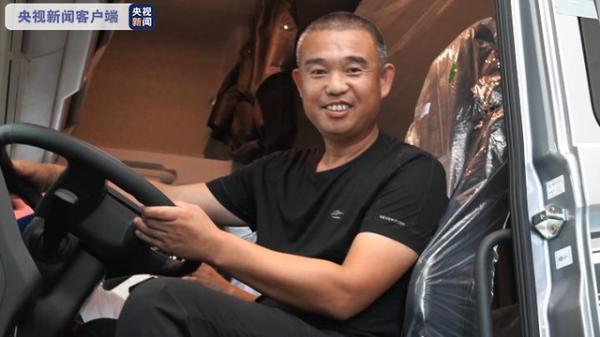 """结局完美!冒死开""""火车""""冲出闹市的黑龙江大哥获赠新车"""