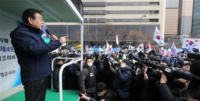 """韩89岁""""新天地""""会长凌晨被捕 曾遭市长施压跪地谢罪"""