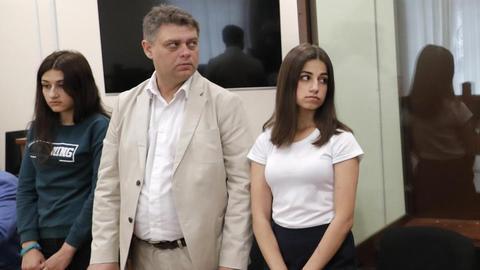 俄三姐妹杀父案开审,近30万人请求释放她们
