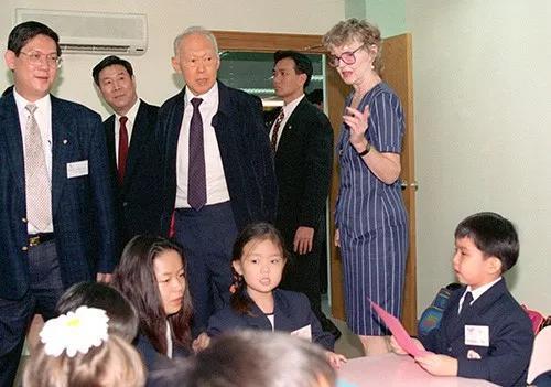 1996年9月11日,新加坡内阁资政李光耀在中国新加坡苏州工业园国际学校参观。