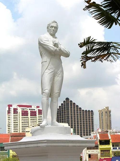 莱佛士雕像。