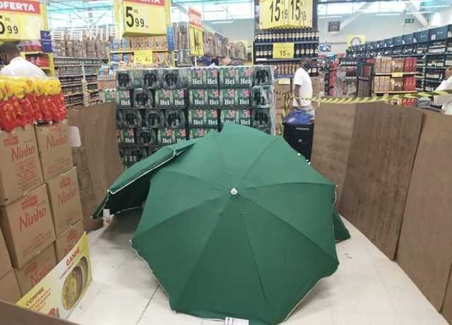 停尸不停业?员工猝死,商店竟用雨伞遮尸继续营业