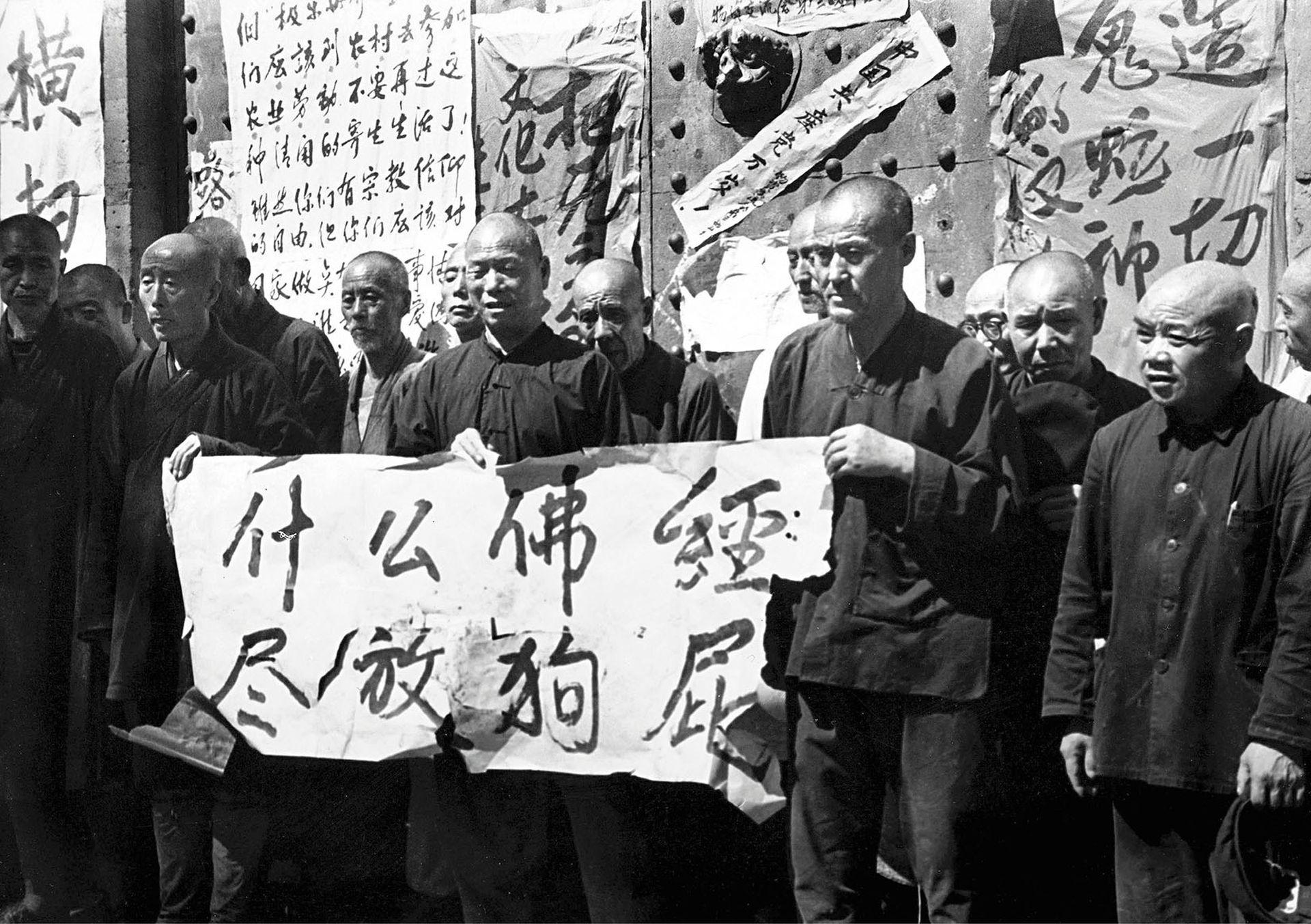 文革期间,一些红卫兵想尽办法羞辱僧侣,令他们尊严扫地。(VCG)
