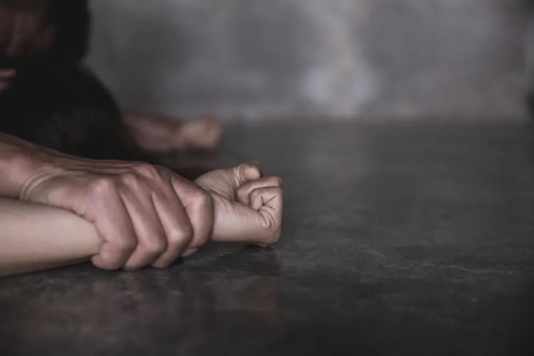 未成年少女旅游胜地遭8人轮奸 从别墅被拖走