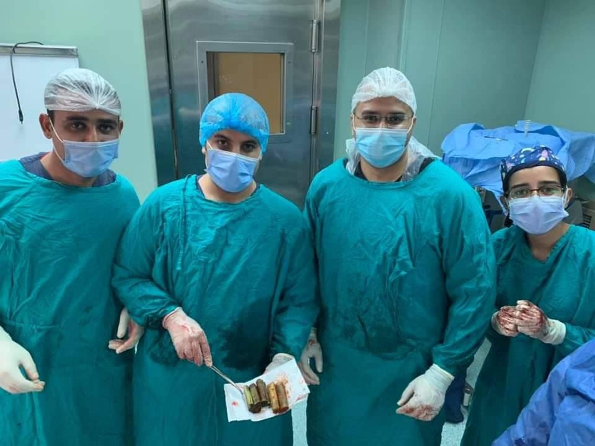 男子肚痛入院 医生急开刀竟从体内取出4卷钞票 原因更离奇