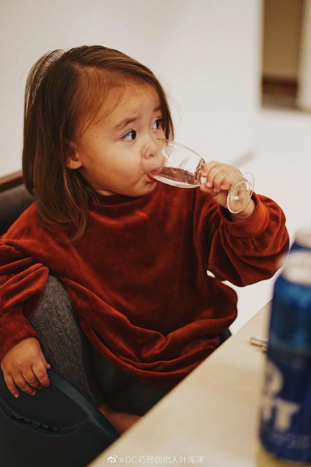 花50万生5国混血儿 彪悍女孩怀孕生孩子都一人搞定