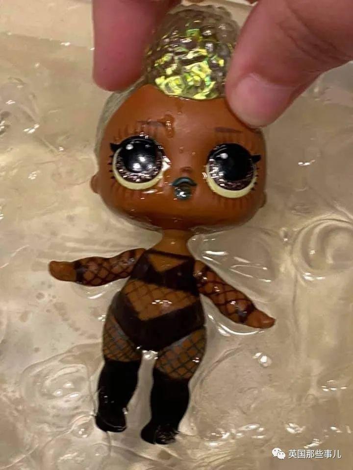 盲盒娃娃浸水浮现情趣内衣 家长震怒:保护孩子!