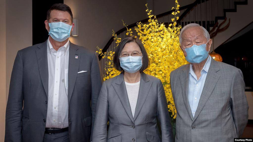 台湾总统蔡英文在台北会见并宴请美国国务次卿克拉奇(左)率领的代表团。(照片来源:台湾总统府)