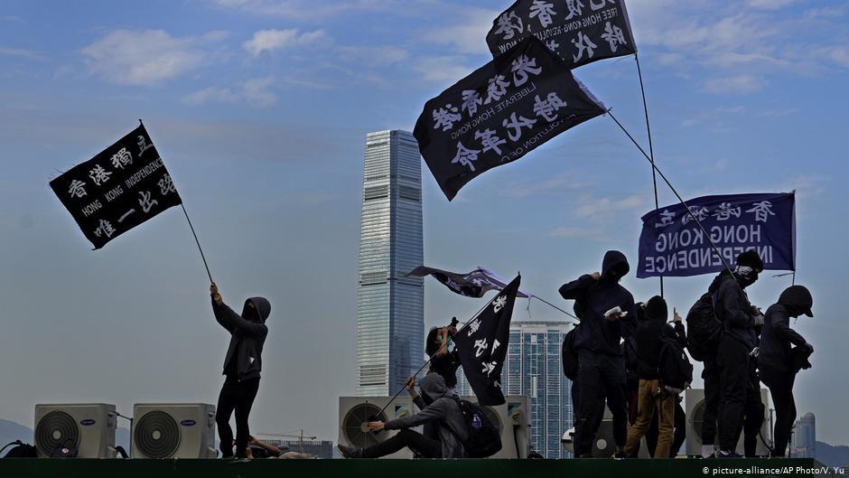 香港母子涉私藏武器被捕 英国强硬批评中国