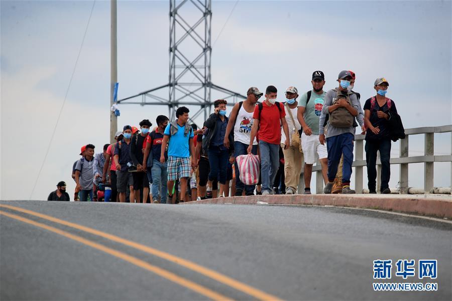 疫情以来,首批大规模中美洲移民正徒步向美国挺进!