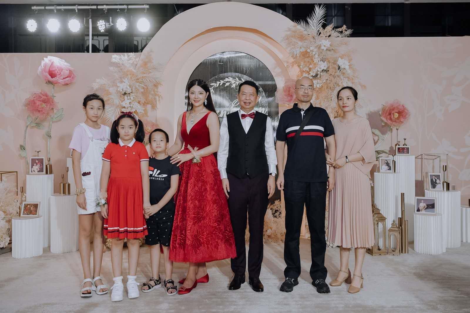 63岁董事长娶小25岁嫩妻:3亿股票转儿子 新娘4公司