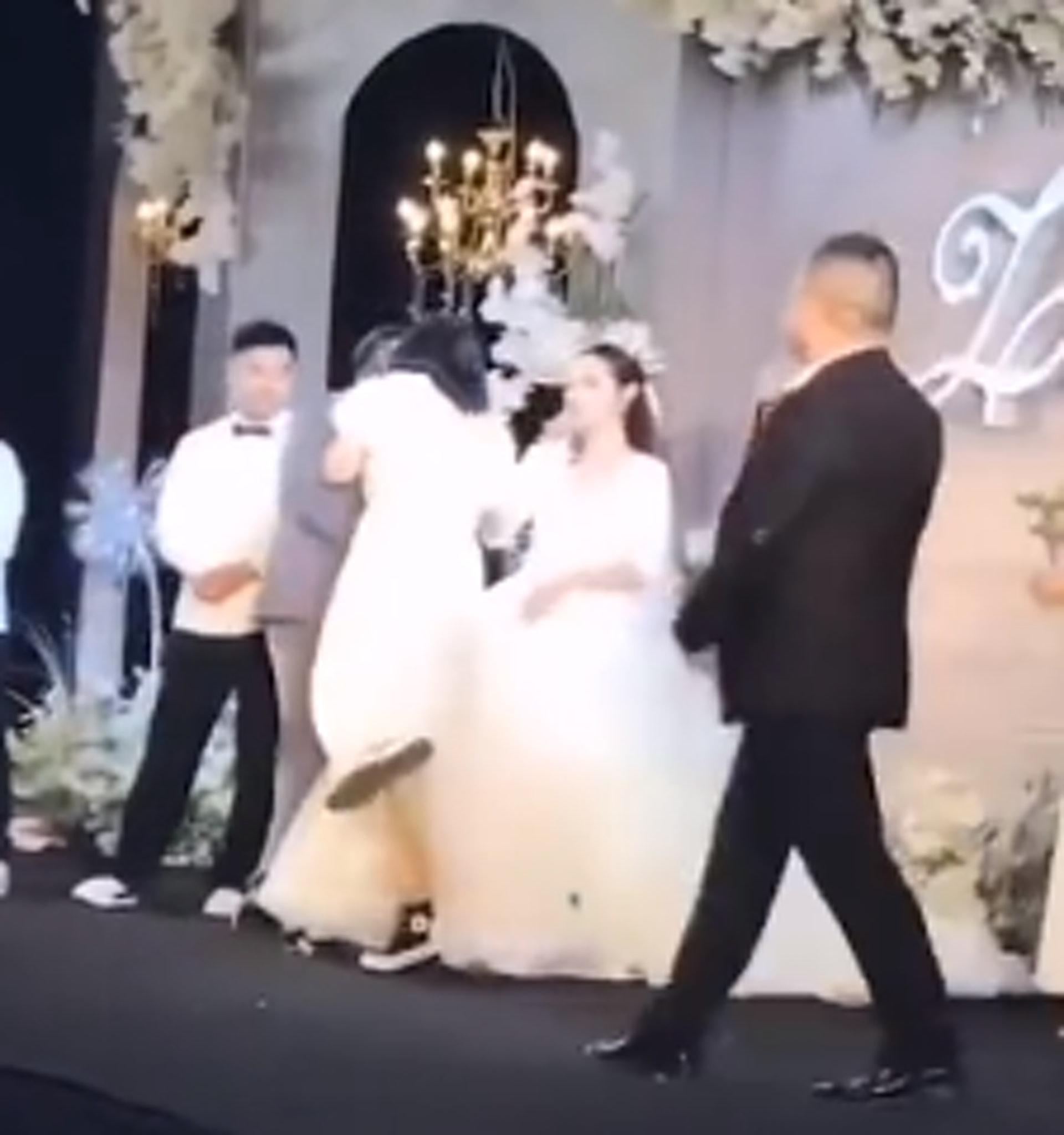 伴娘台上飞扑强吻新郎 新娘即黑脸 司仪4个字化解尴尬
