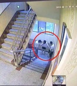 遭两男子强行拖拽上楼、又被男友打耳光!