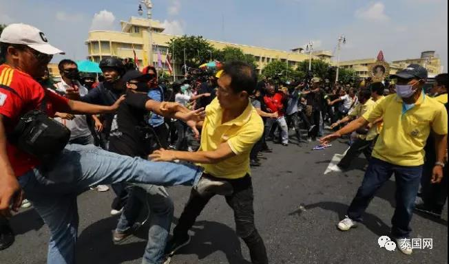 曼谷戒严!千万年轻人走上街头 要求整顿皇室