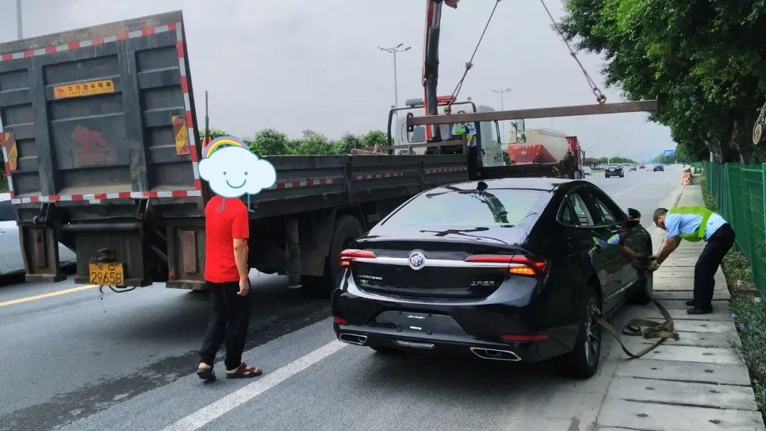 玛莎拉蒂新车4S店门口被撞两大洞,损失15万!