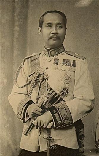 泰王妃毒杀亲王丈夫,和穷小子私奔?她搞出震惊泰国大丑闻