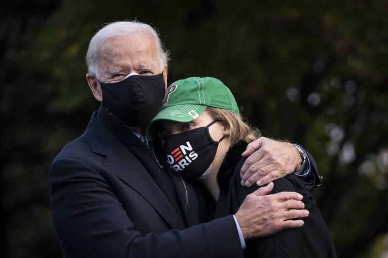 大选前再爆口误!拜登抱著孙女称:我是她奶奶