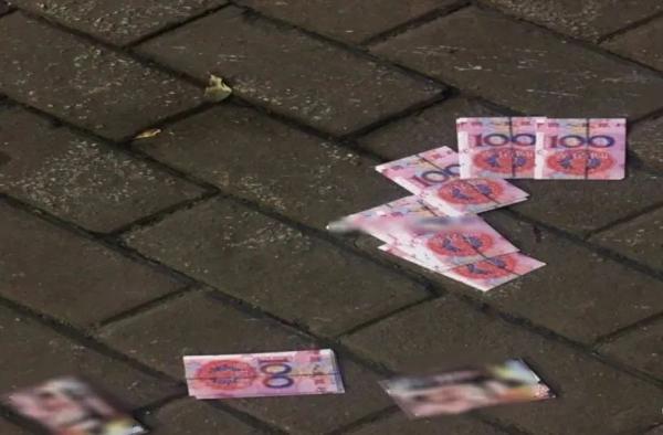 """地上撒着""""百元大钞""""?市民捡起来一看辣眼睛"""
