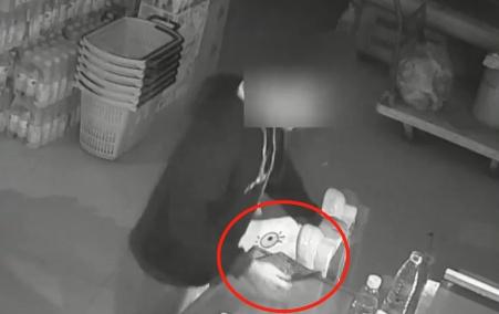10岁男孩被锁超市一整夜,吃吃喝喝跳舞解闷!
