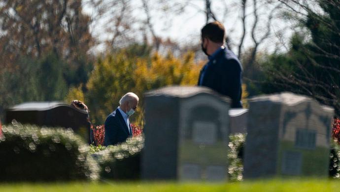 拜登胜选后去家族墓地扫墓 告慰三位已故至亲…