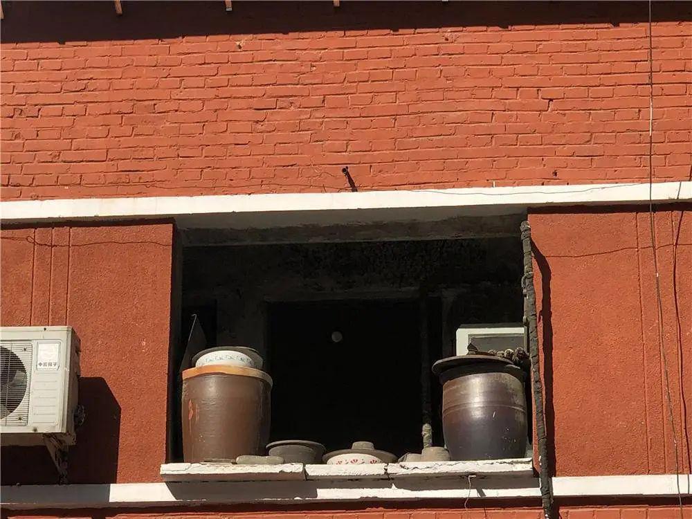 在东北,即使你开咖啡店,还是要跟着晒大白菜