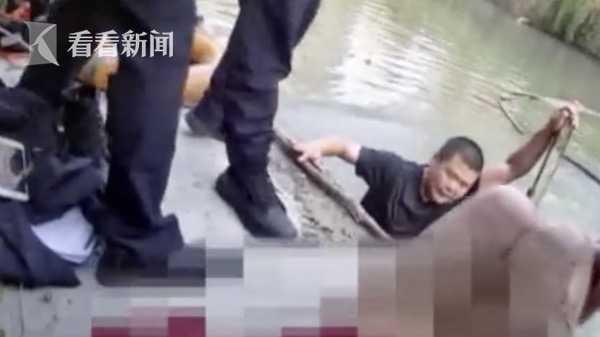 女子落水后拒绝营救 直接一脚把辅警踹下河…