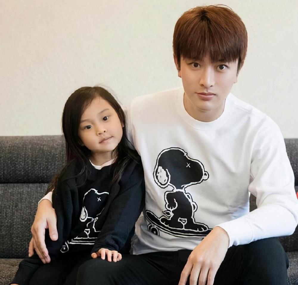 38岁高云翔,带4岁女儿现身董璇餐厅 离婚后他仍旧是好父亲