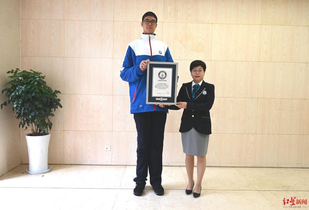 挑战吉尼斯纪录成功!14 岁男孩身高 2 米 21