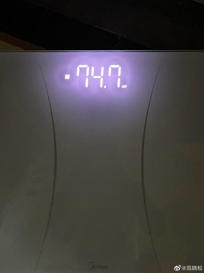 高晓松晒照称26天瘦了26斤 网友却都关注身后帅哥