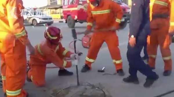 驾校窨井盖里伸出两根手指 学员一看赶紧报警