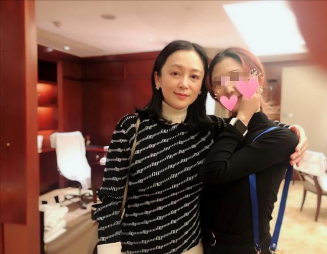 68岁陈凯歌为爱妻陈红拍照 半蹲找角度笑容宠溺