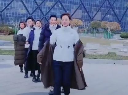 央视主持人冷风中走秀,朱迅镜头被剪仅剩1秒
