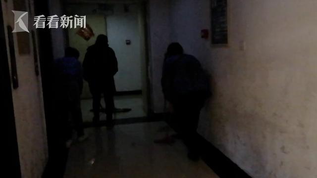 小区电梯卡在13楼还往外渗水?打开一看惊呆了