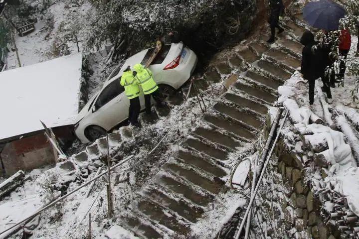 触目惊心!男子开车上山赏雪景,车子突然失控……