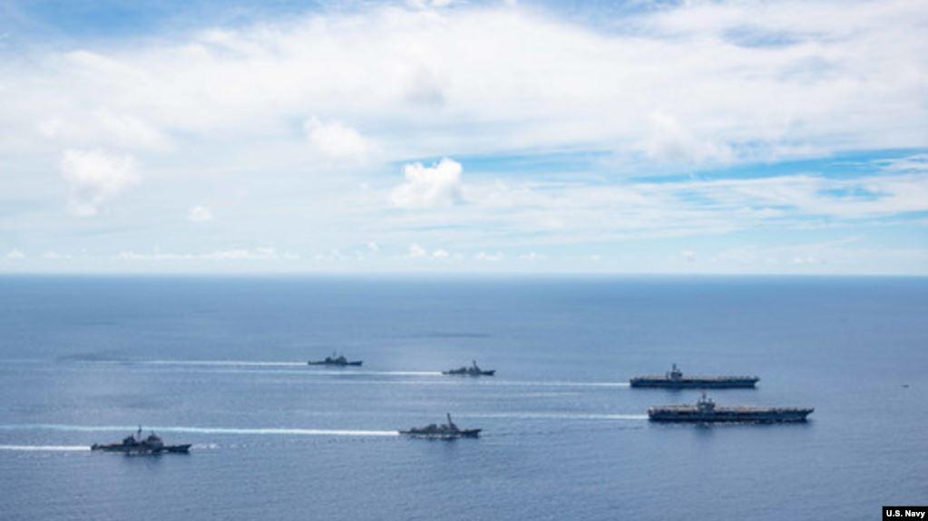 美国海军的尼米兹号和里根号航空母舰组成的双航母战斗群2020年7月6日在南中国海航行(美国海军提供)