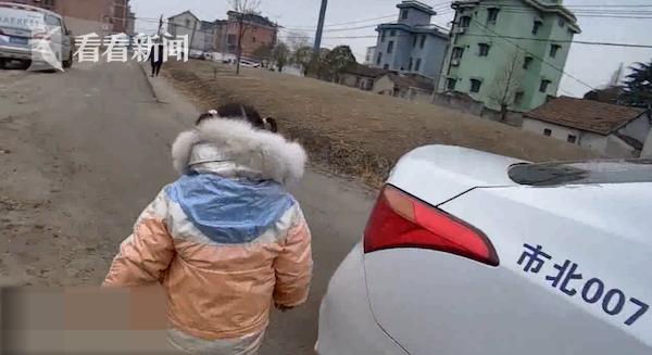 """""""馳騁""""2公裏!5歲女孩馬路上""""飆車"""" 家長渾然不知"""