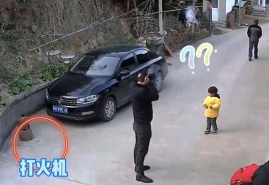 男子放炮误扔打火机拿炮捂耳朵!监控拍下惊险一幕
