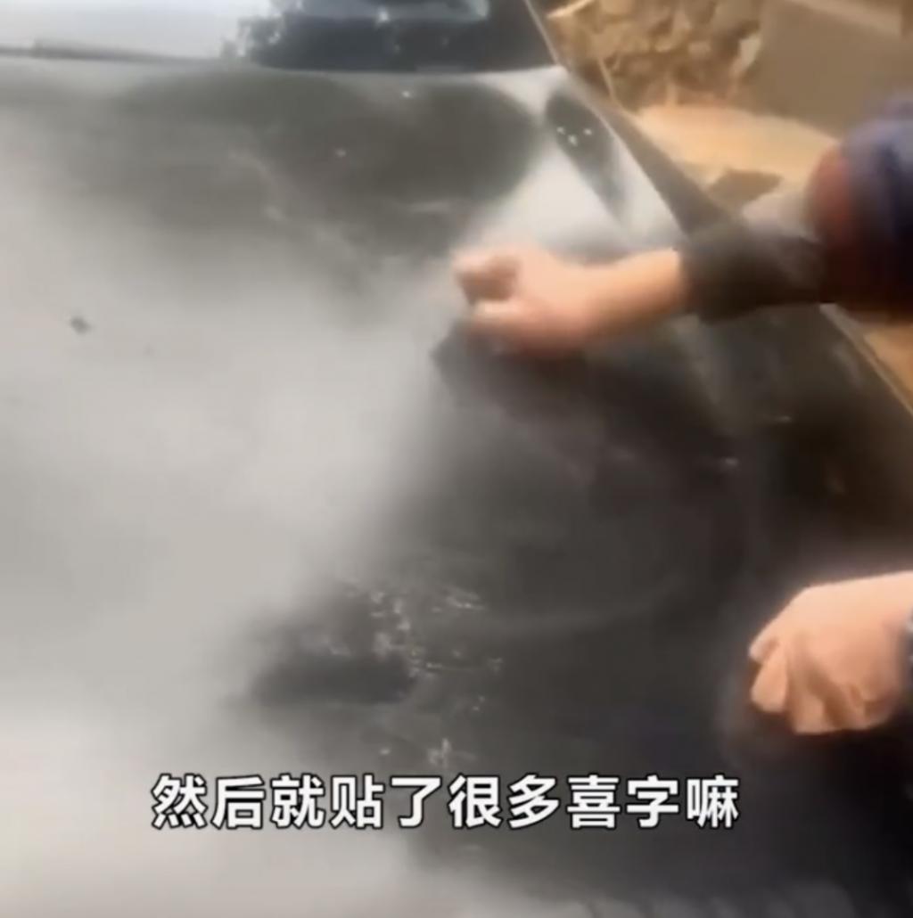 父亲用钢丝球帮儿子洗车,儿子反应获网友怒赞
