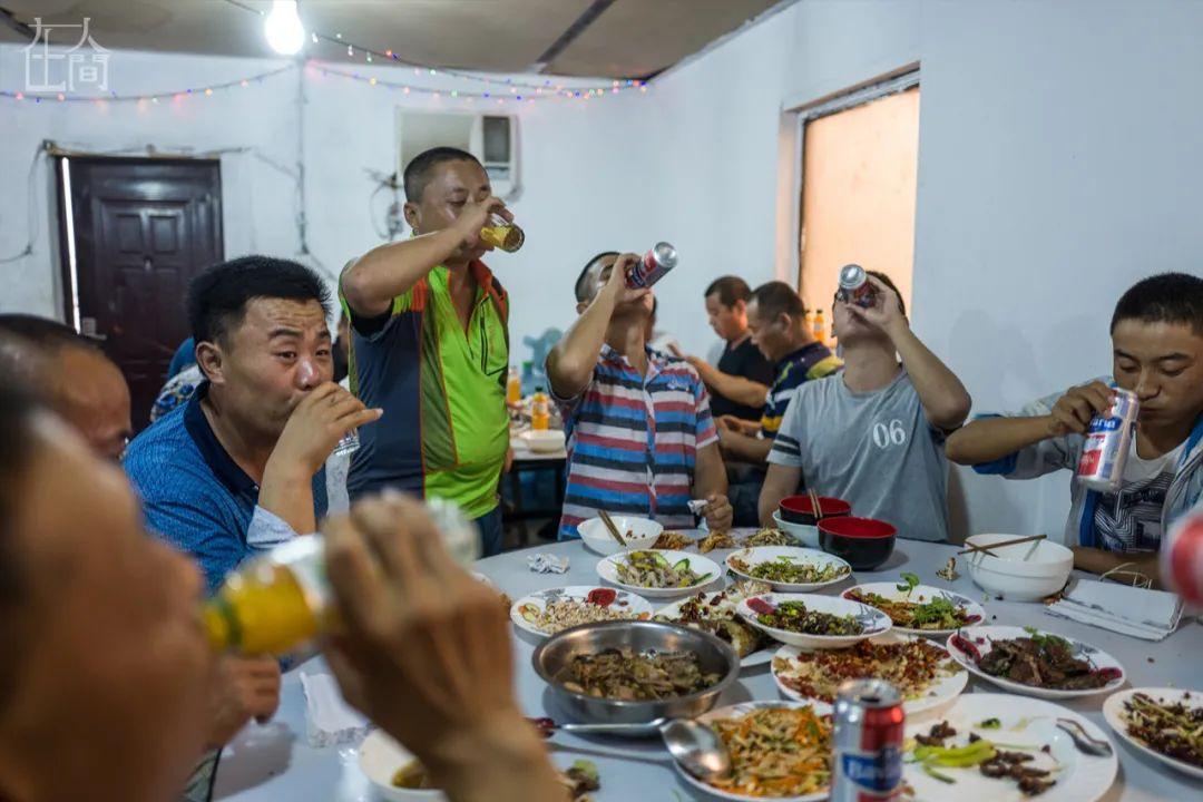 离开故土进沙漠 24位中国打工人在非洲过年实录