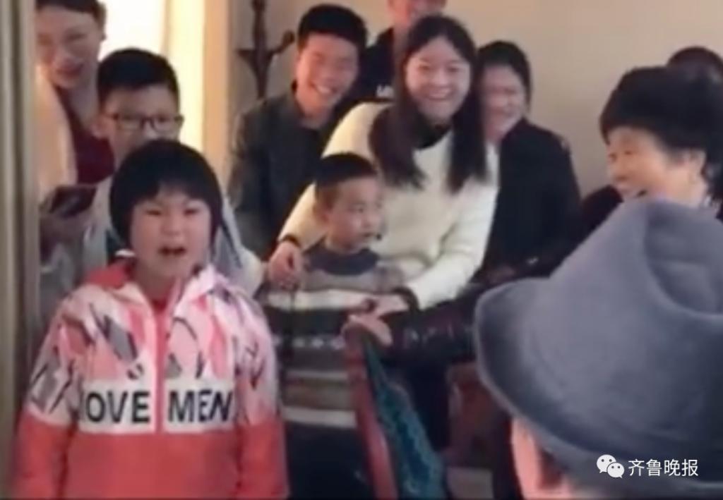 7岁女孩灵魂呐喊为老姥爷祝寿!网友:气质拿捏得死死的