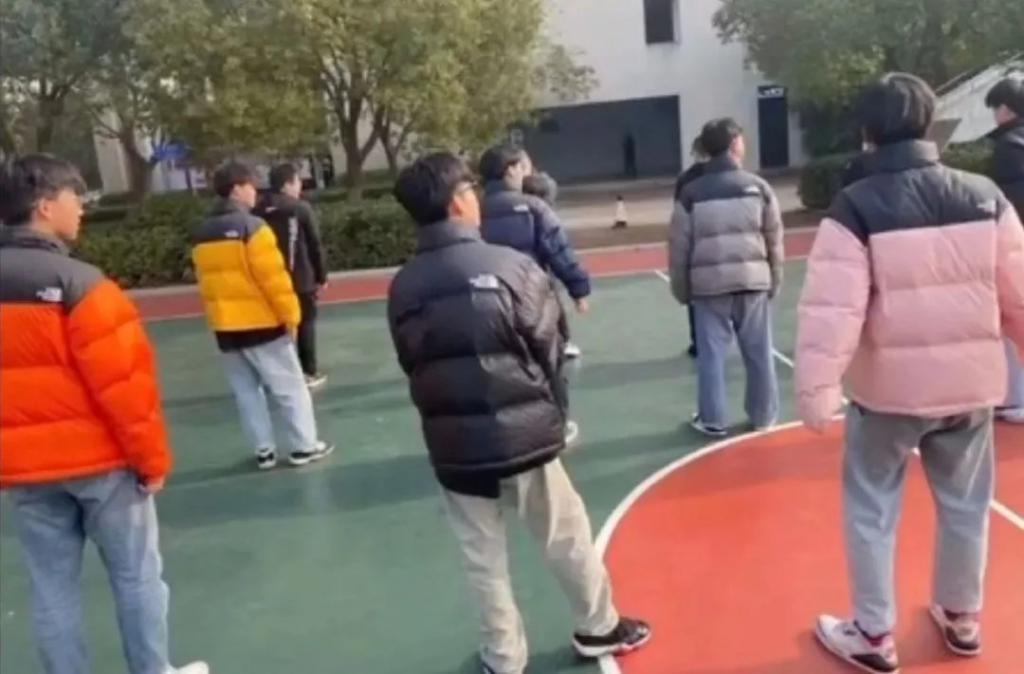 """""""10个中国大学生,怎么8个穿着原价上万的潮牌 """""""