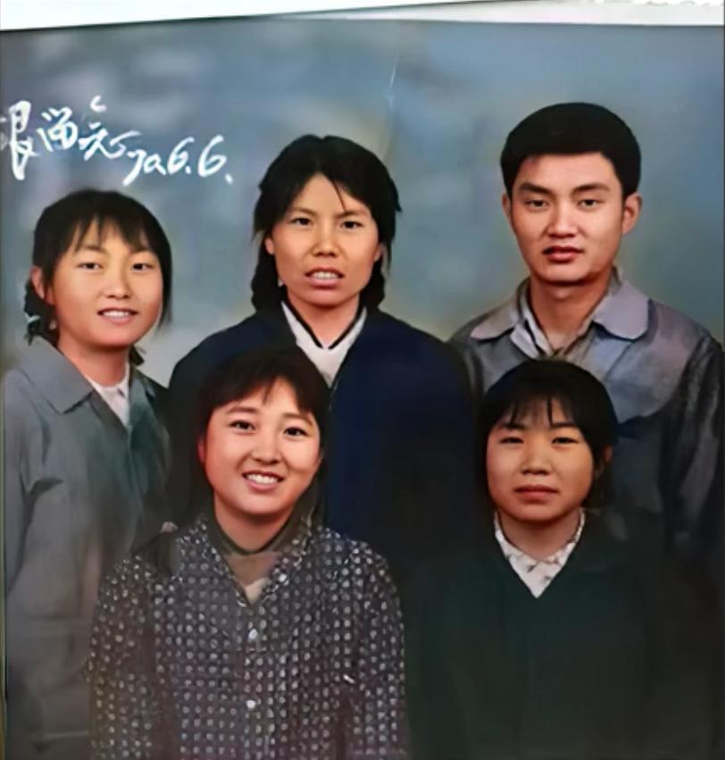 瞬間穿越!這張老照片中的李煥英在眨眼微笑……