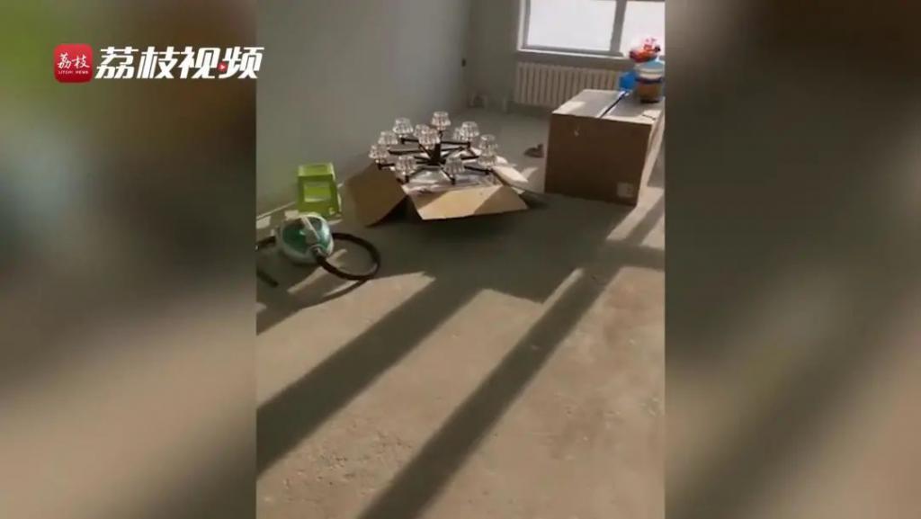闲置一年的新房被人装修了!楼上邻居:我装的