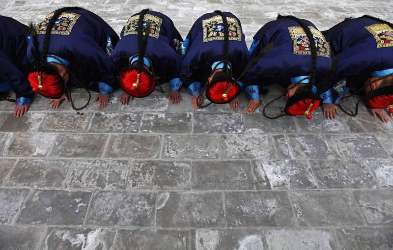 """中国官媒赞磕头""""数千年的民俗礼仪"""" 网友崩溃了"""