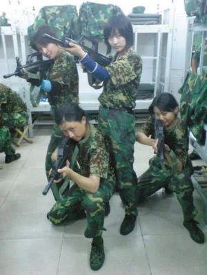 ·张京(后排左一)军训期间在寝室合影。